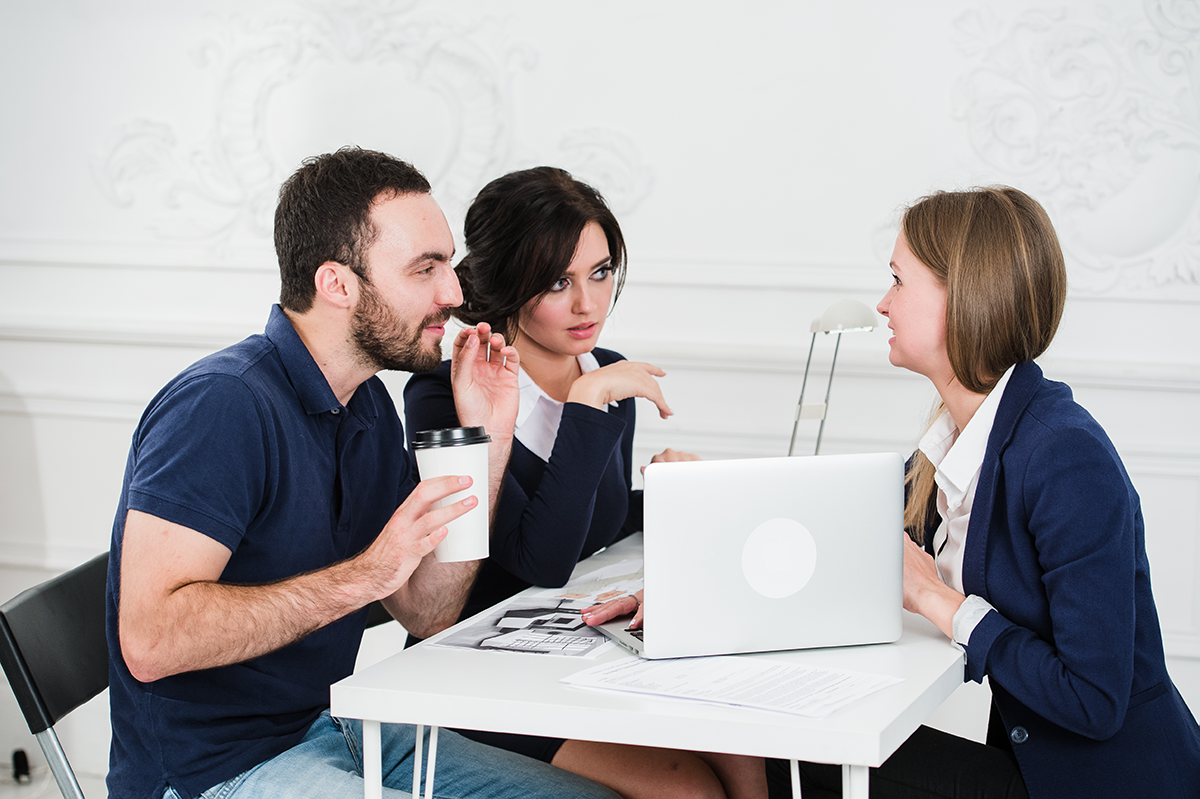 couple de jeunes investisseurs immobilier discutent avec un promoteur immobilier